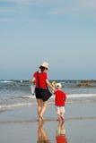 Moder och son på stranden Royaltyfria Bilder
