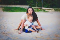 Moder och son på stranden Royaltyfri Fotografi