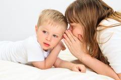Moder och son som delar hemlighet Royaltyfri Fotografi