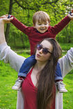 Moder och son som har gyckel i parkera Royaltyfri Bild