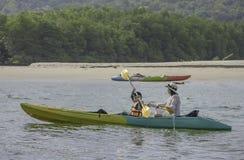 Moder och son som kayaking i havet på Koh Kood, Trat i Thailand arkivbild