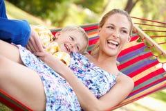 Moder och Son som kopplar av i hängmatta Fotografering för Bildbyråer
