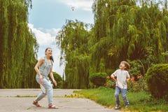 Moder och son som spelar badminton Arkivfoton
