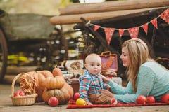 Moder och son som spelar i gården i byn Arkivfoto