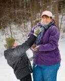 Moder och son som spelar i snö Royaltyfri Foto