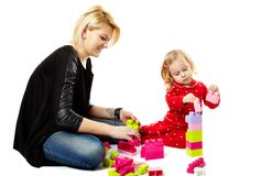 Moder och son som spelar med färgrika kuber Arkivfoto
