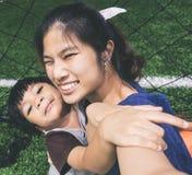 Moder och son som tar selfie i ett sportfält Arkivfoton