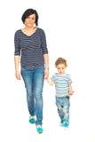 Moder och son som tillsammans går Royaltyfria Bilder