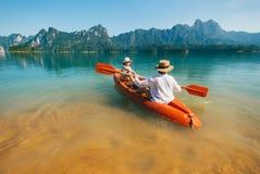 Moder och son som tillsammans svävar på kajaken på Cheow LAN sjön i Thailand royaltyfri foto