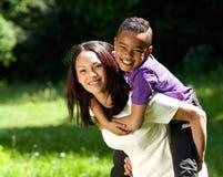 Moder och son som tillsammans utomhus ler Arkivfoto