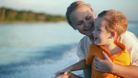 Moder och son som tycker om havslopp med fartyget lager videofilmer