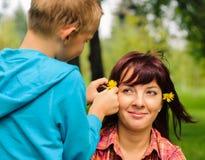 Moder och son utomhus Fotografering för Bildbyråer