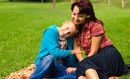 Moder och son utomhus Royaltyfri Fotografi