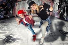Moder- och sondanshöft-flygtur stads- livsstil Höft-flygtur utveckling Grafitti på väggarna arkivbilder