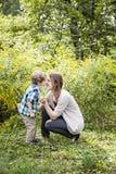 Moder- och sonförälskelse arkivbilder