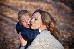 Moder- och sonförälskelse Arkivfoto