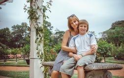 Moder och sonin en parkera Arkivfoton