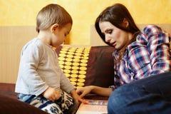 Moder- och sonläsning Arkivfoton