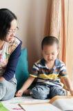 Moder- och sonläsning Royaltyfri Bild