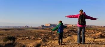 Moder- och sonlopp i sceniska berg Fotografering för Bildbyråer