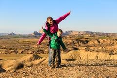 Moder- och sonlopp i sceniska berg Royaltyfri Fotografi