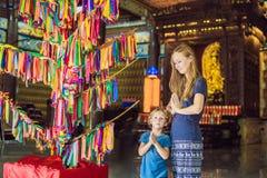 Moder- och sonturister i den buddistiska templet Kek Lok Si i Penang, Malaysia, Georgetown Resa med barnbegrepp royaltyfri foto