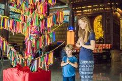 Moder- och sonturister i den buddistiska templet Kek Lok Si i Penang, Malaysia, Georgetown Resa med barnbegrepp royaltyfri bild
