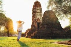 Moder- och sonturister som in går i atcient Wat Chaiwatthanaram Buddhist tempelruines i den heliga staden Ayutthaya, Thailand arkivbilder