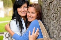Moder och teen krama koppla av utomhus le Arkivbild