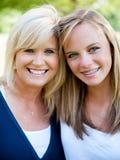 Moder och tonårs- dotter Arkivfoto