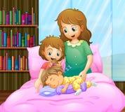 Moder och två flickor i säng Royaltyfria Foton