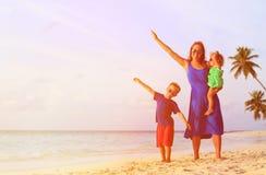 Moder och två ungar som flyger på stranden Royaltyfria Foton