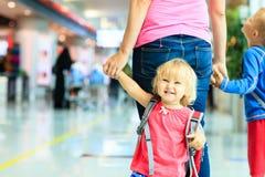 Moder och två ungar som går i flygplatsen royaltyfri bild