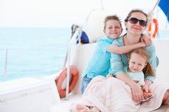 Moder och ungar på den lyxiga yachten Royaltyfri Bild