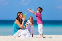 Moder och ungar på semester Royaltyfri Fotografi