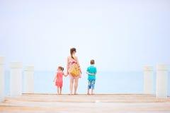 Moder och ungar utomhus Royaltyfri Foto