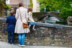 Moder och ungar utomhus i Belgien Arkivfoto