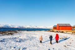 Moder och ungar utomhus på vinter Arkivbilder