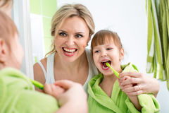 Moder och unge som borstar tänder Arkivfoton