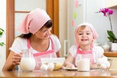 Moder och unge som tillsammans förbereder kakor Fotografering för Bildbyråer
