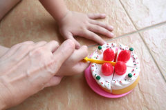 moder s för handholdingunge Royaltyfri Bild