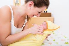 Moder som älskar henne för att behandla som ett barn täckt i handduk arkivbild