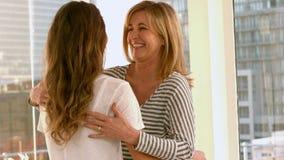 Moder som är stolt av hennes dotter arkivfilmer