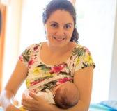 Moder som ammar en behandla som ett barn Royaltyfria Foton