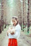 Moder som ammar en behandla som ett barn i natur Royaltyfri Foto