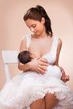 Moder som ammar hennes barn Royaltyfria Bilder