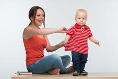 Moder som fångar den aktiva lilla ungen Royaltyfria Foton