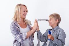 Moder som ger höjdpunkt fem till hennes son Arkivfoto