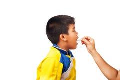 Moder som ger pojkemedicin, sjuk unge Fotografering för Bildbyråer