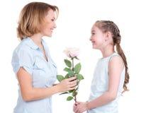 Moder som ger vitrosen till hennes litet   dotter Arkivbilder